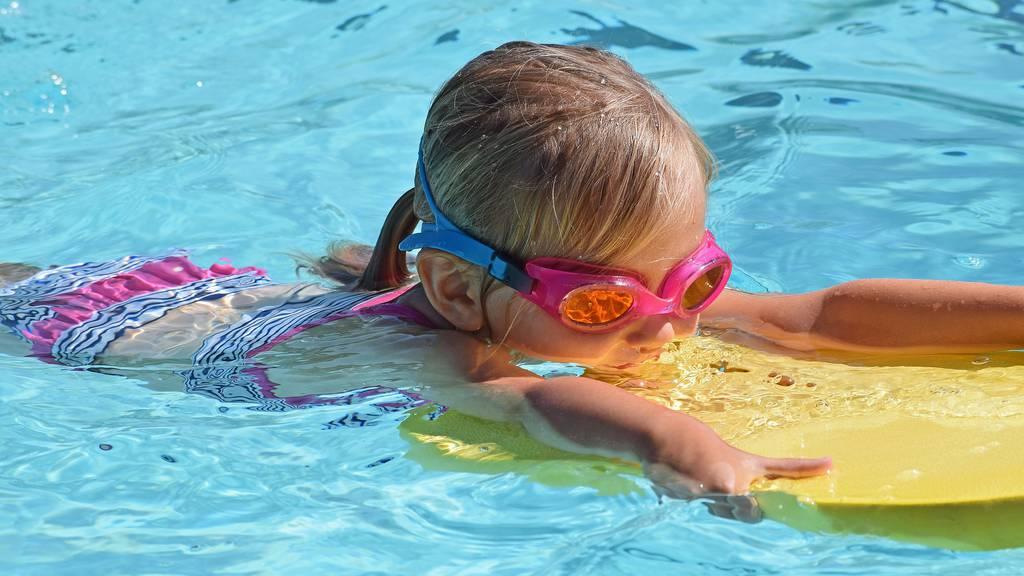 Tauchen, schweben, strampeln: Mit fünf Jahren sind die Kinder reif, Schwimmen zu lernen.