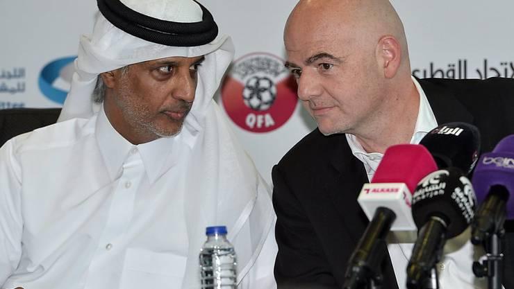 FIFA-Präsident Gianni Infantino (rechts) im Dialog mit Scheich Hamad bin Khalifa Al Thani, dem Chef des katarischen Fussballverbandes