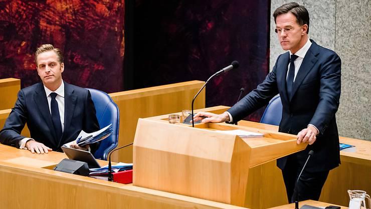 In den Niederlanden bleiben die Massnahmen gegen die Corona-Pandemie laut Regierungschef Mark Rutte (rechts) in Kraft. (Archivbild)
