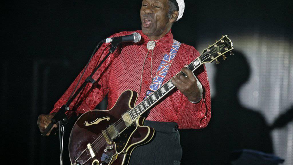 Von der Bühne des Lebens abgetreten: US-Sänger und Gitarrist Chuck Berry stirbt 90-jährig. (Archivbild)