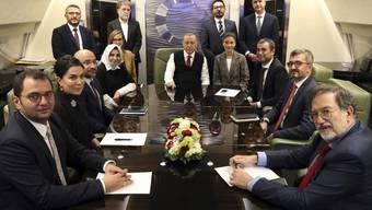 Der türkische Präsident Recep Tayyip Erdogan (Mitte) an Bord seines Flugzeugs umgeben von Akademikern und Journalisten auf dem Rückflug von einem Aserbaidschan-Besuch.