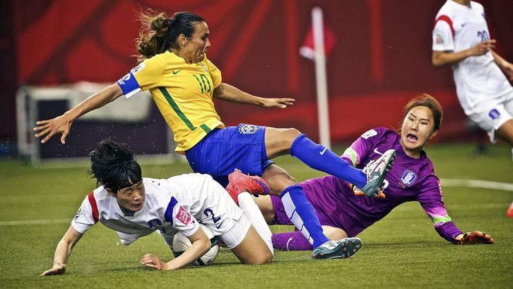 Brasiliens Mittelfeldspielerin Marta stösst mit Südkoreas Abwehrspielerin Lee Eunmi und Goalie Kim Jungmi zusammen.