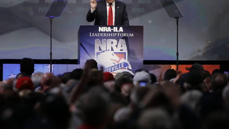 Donald Trump spricht an einem NRA-Treffen im Mai 2016 - damals noch als Präsidentschaftskandidat. Die Waffenlobby war ein wichtiger Spender für Trump während des US-Präsidentschaftswahlkampfs 2016. (Archiv)