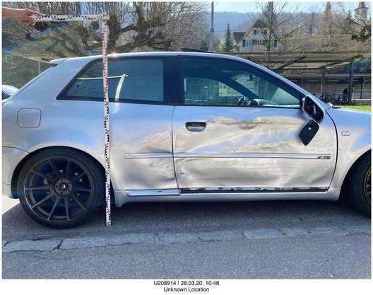 Es blieb bei einer Streifkollision, der Schaden an den Fahrzeugen ist aber sichtbar.