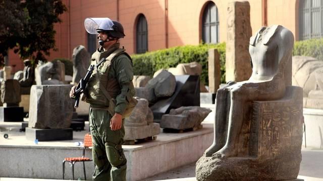 Ein Soldat bewacht Antiquitäten vor dem Ägyptischen Museum in Kairo