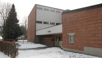 Nach dem Austritt von René Eberle aus der SVP fordert diese nun seinen Rücktritt. Hier im Bild: das Schulhaus Embri in Urdorf.