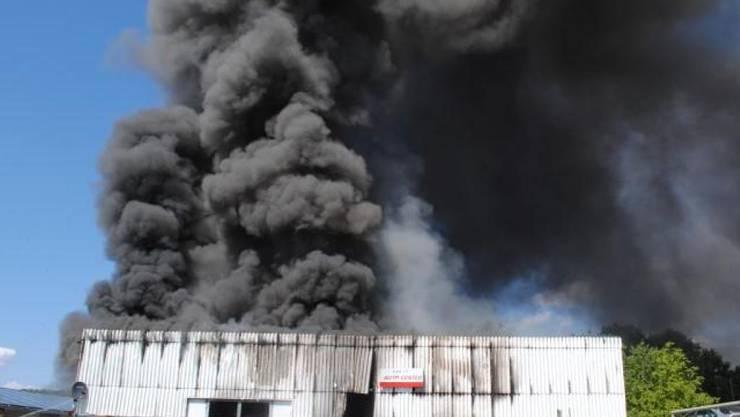 Die Autowerkstatt in Siblingen wurde beim Brand komplett zerstört. Die Brandursache ist noch unklar.