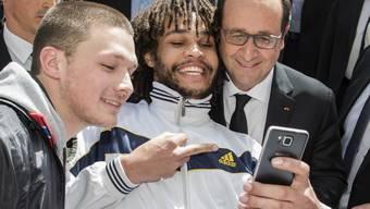 Das Selfie mit dem französischen Präsidenten und der umstrittenen Geste am 15. April in Bern