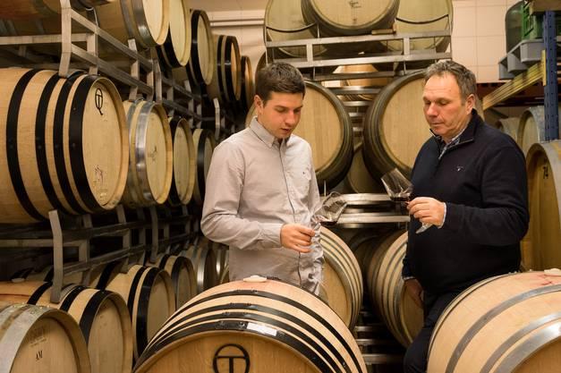 Inmitten ihrer Barriques: Nach der Fertigstellung des neuen Fasskellers haben Adrian und Urs Jauslin mehr Platz für Gäste – und für Weinexperimente.