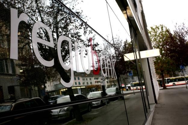 Die Regiobank Solothurn unterhält eine App mit der man unter anderem bequem von unterwegs einzahlen kann.