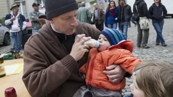 Das Gute am Baby-Schoppen: Auch Papa kann ihn verabreichen. Nachteil: Aus dem Plastik lösen sich Millionen Partikel von Mikroplastik, die das Kleinkind wohl oder übel aufnehmen muss. Es gibt aber Massnahmen, die vorbeugen. (Archivbild)