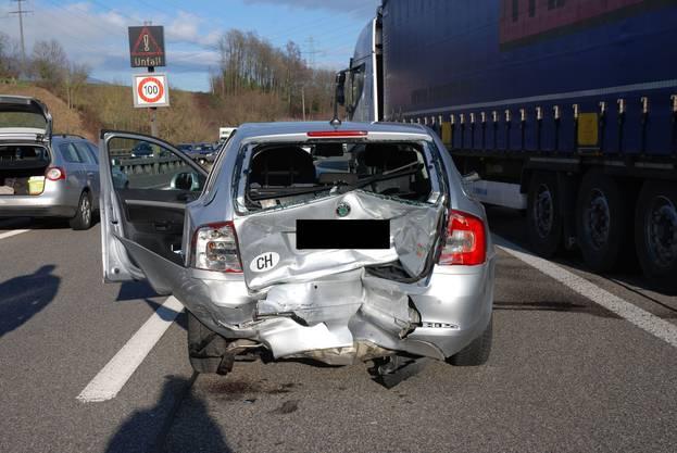 Vier Personen wurden leicht- bis mittelschwer verletzt. Sie wurden mit zwei Ambulanzfahrzeugen in Spitäler gebracht.