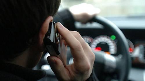 Verboten: Ein Autofahrer telefoniert, während er seinen Wagen lenkt. (Symbolbild)
