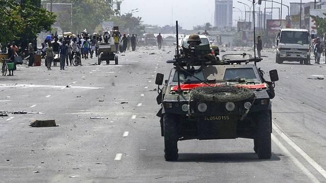 Ein französischer Panzer patrouilliert durch Abidjan