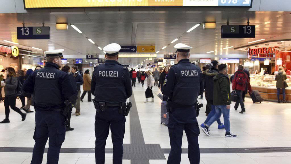Polizisten am Freitag, einen Tag nach dem Axt-Angriff, im Düsseldorfer Hauptbahnhof.