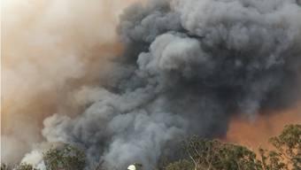Grosse Gefahr für Feuerwehrleute: Von den riesigen Buschfeuern angefachte Winde in Tornadostärke können ganze Rettungsfahrzeuge durch die Luft wirbeln.