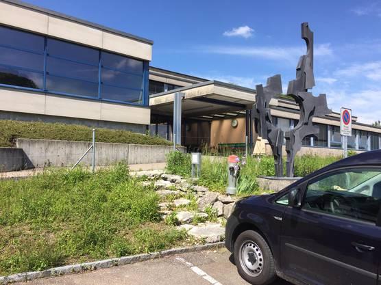 Auf dem Pausenplatz der Kreisschule bedrohte ein ehemaliger Schüler andere Schüler mit einer Waffe und einem Messer.
