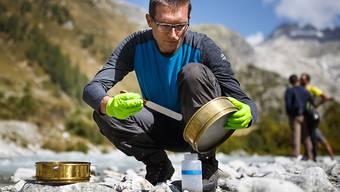 Forschende der ETH Lausanne (EPFL) wollen die Mikroorganismen der grössten Gletschergewässer weltweit untersuchen. Am Donnerstag stellten sie das soeben gestartete Projekt am Rhonegletscher vor.