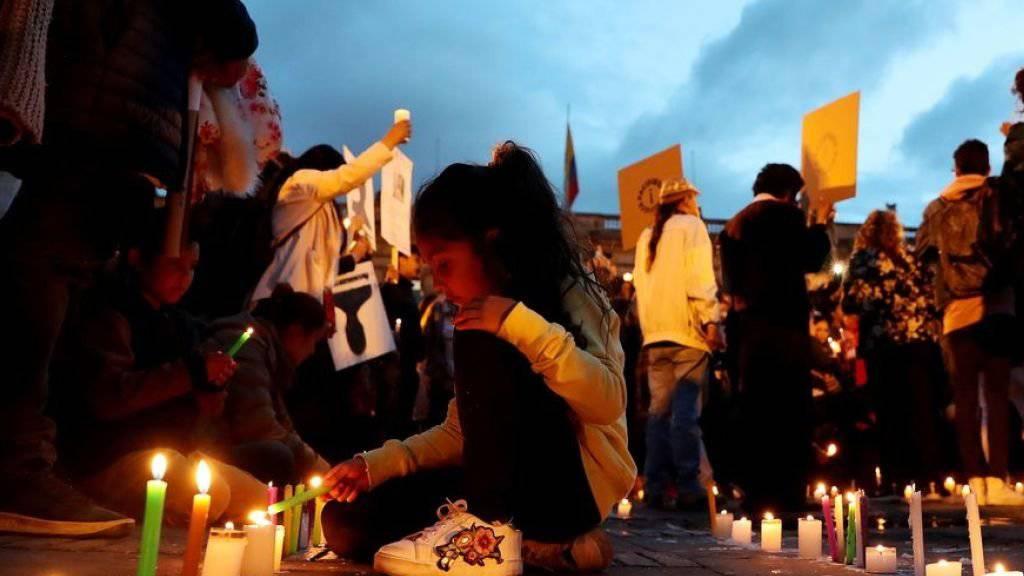 Tausende zündeten in Kolumbien Kerzen an gegen die Ermordungen von Menschenrechtsaktivisten.