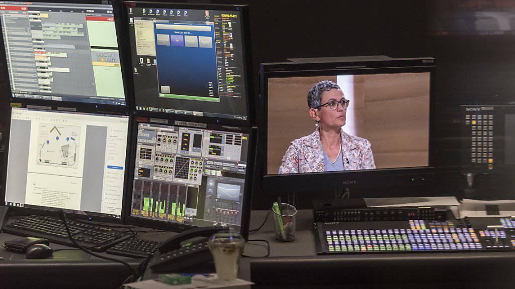 Blick in die Regie während der Aufzeichnung einer SRF-Sendung. Rund 250 Stellen sollen bei der Rundfunkanstalt in den nächsten vier Jahren wegfallen. (Archivbild)