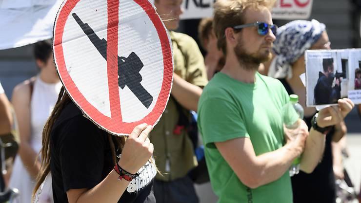 Eine Protestaktion gegen Waffenexporte von vergangenem Sommer. Die Ausfuhr von Kriegsmaterial sorgt immer wieder für Kontroversen. (Archiv)