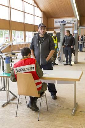 Freiwillige Personen unterziehen sich einer Radioaktivitätsmessung.