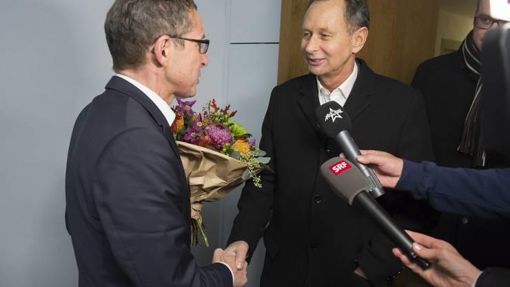 Landammann Urs Hofmann gratuliert Philipp Müller zur Wahl in den Ständerat.