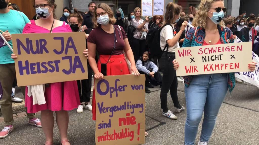 «Nur JA heisst JA»: Demonstrierende kritisieren Basler Vergewaltigungsurteil