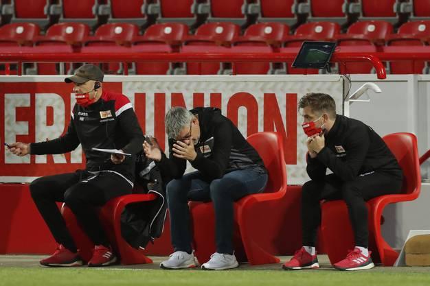Trainer Urs Fischer (Mitte) und seine Unioner leiden ohne Publikum.