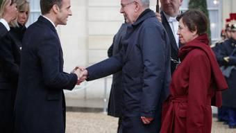 Vor dem Elysée-Palast, seinem Amtssitz in Paris, empfängt der französische Präsident Emmanuel Macron (links) seinen österreichischen Amtskollegen Alexander Van der Bellen und dessen Gattin.
