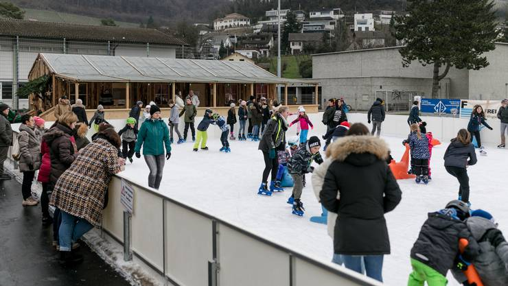 Jeden Tag laufen die Schülerinnen und Schüler Schlittschuh auf dem Eisfeld auf der Schulanlage Bogen in Döttingen.