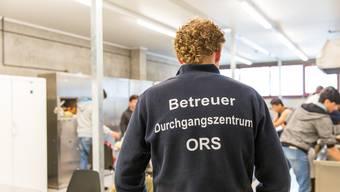 Ein Betreuer der ORS in der Küche der Asylunterkunft im ehemaligen A3-Werkhof in Frick.