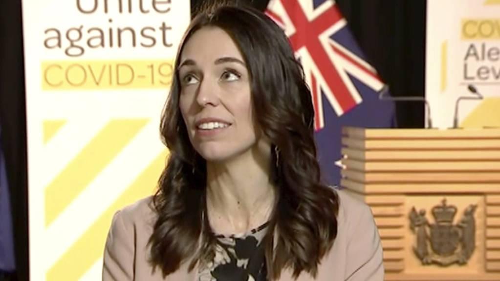 Neuseeland ist am Montag von einem Erdbeben erschüttert worden - die Premierministerin des Landes, Jacinda Ardern blieb während eines Interviews trotz der Erschütterungen ruhig.