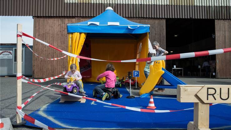 Die Kinder haben ihren eigenen Renn-Parcours.