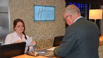 Jasmin Bircher checkt Herbert Schlunegger beim Besuch in Chester ein.