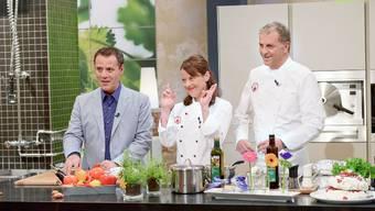 Moderator Heinz Margot und die Spitzen-Köche Françoise Wicki und Torsten Götz fordern die Amateur-Köche. Die Sendung war jedoch eine Nullnummer. Sie wurde bereits wieder abgsetzt. SRF/Oscar Alessio