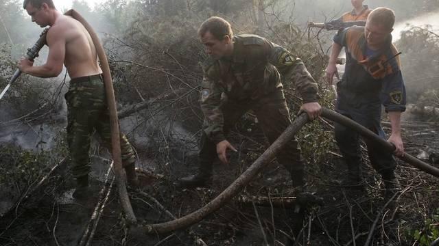 Russische Helfer bekämpfen die Feuer (Archiv)