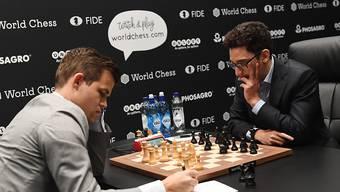 Titelverteidiger Magnus Carlsen (links) und Herausforderer Fabiano Caruana trennen sich auch in der 11. Partie unentschieden