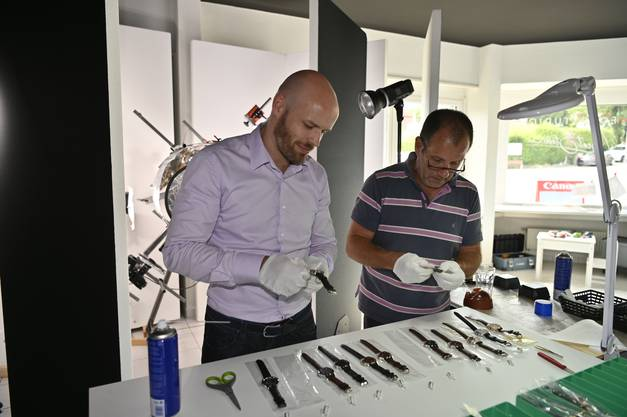 """Zusammen mit Simon Wyss, dem CEO der Bettlacher Uhrenfirma Jowissa, stellt Beat Stebler die Uhren auf 10 nach 10, so dass die Uhren """"lachen""""."""
