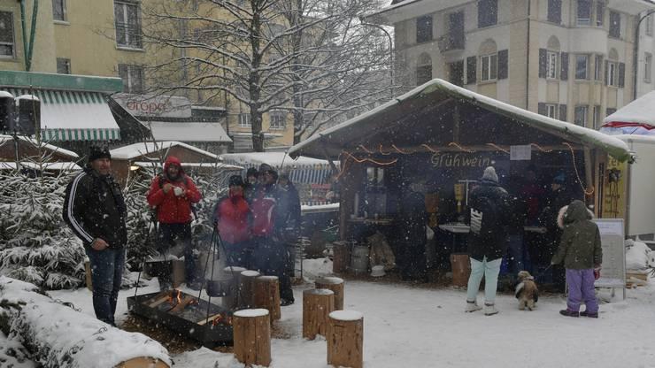 Weihnachtsmarkt Grenchen mit Kutschenfahrten, Gluehwein vom Feuer und Markttreiben am Sonntag.