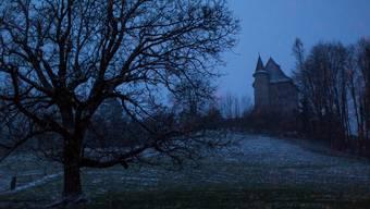Schloss Liebegg beim Eindunkeln.