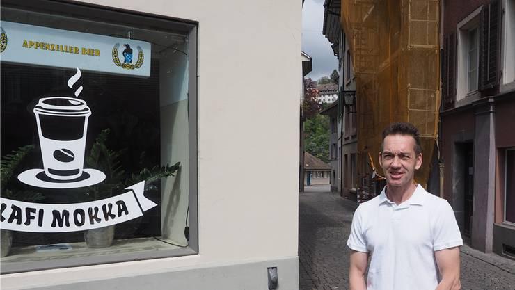 Patrick Bacher vor seiner Kafi Mokka Lounge; ab Juli betreibt er zudem das Hotel Mokka. Derzeit sind die Bauarbeiten an dem Altstadthaus schräg gegenüber vom Kafi Mokka im Gang (eingerüstetes Haus). Thomas Wehrli