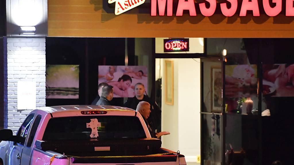 Die Sicherheitsbehörden sind zum Tatort einer tödlichen Schießerei in einem Massagesalon in Georgia gekommen. Foto: Mike Stewart/AP/dpa