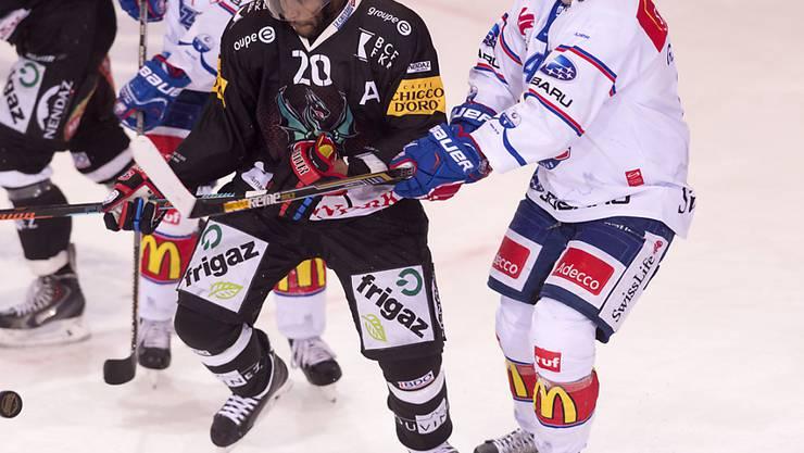 Fribourgs Greg Mauldin wird von ZSC-Spieler Patrick Geering gestoppt