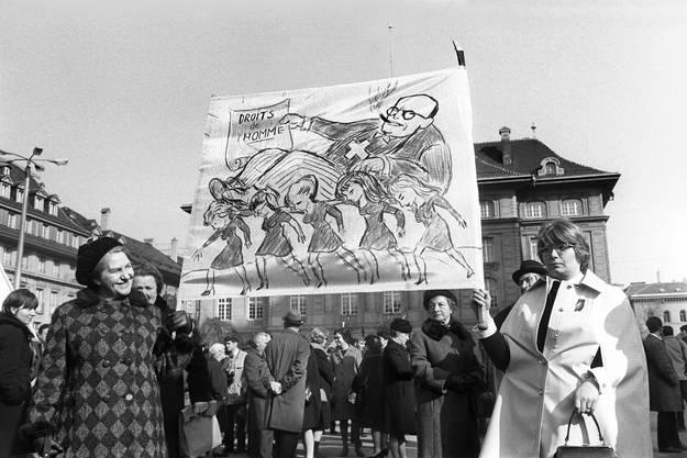 Und so wurde er im kollektiven Gedächtnis zu einem Meilenstein auf dem Weg zum Frauenstimmrecht. Am 7. Februar 1971 kam die Vorlage vors (Männer-)Volk – und wurde mit einer Zweidrittelsmehrheit angenommen.