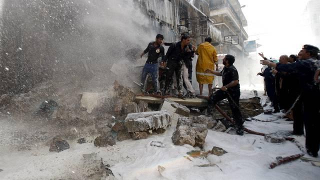 Zivilisten bekämpfen den Brand bei der Absturzstelle