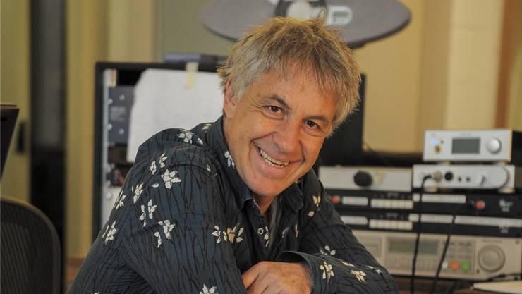 Filmkomponist Niki Reiser an einem analogen Second-Hand-Mischpult von «Idee und Klang», auf dem dereinst «Bohemian Rhapsody» von Queen aufgenommen worden ist.