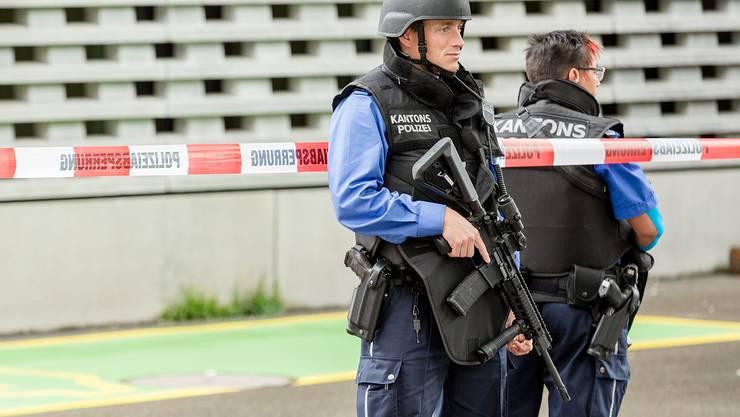Korps um Korps kauft sich Sturmgewehre. Hier ein Aargauer Kantonspolizist bei einem Fehlalarm in Baden. Sandra Ardizzone