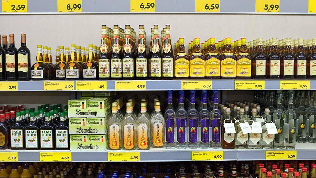 Schweizer Reisende kaufen mehr alkoholische Getränke ennet der Grenze als bisher angenommen.