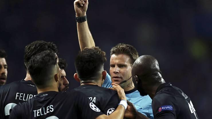 Schiedsrichter Felix Brych und seine Kollegen sollen in Streitfällen schon bald auf den Videobeweis zählen können